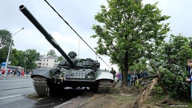Tăng T-72 bất ngờ lao vào trụ điện