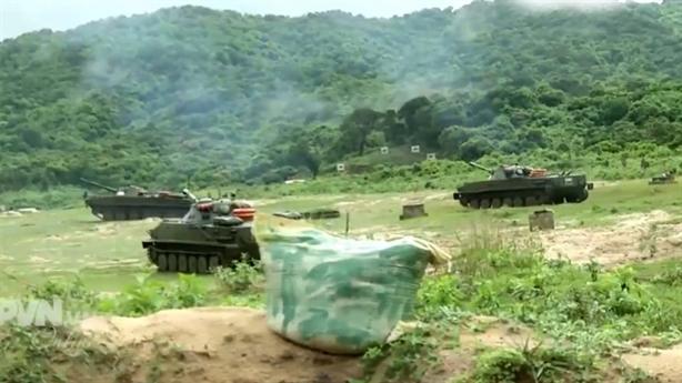 Tàu pháo hộ tống Hải quân Việt Nam tập bắn đạn thật