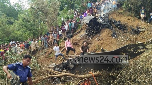 Máy bay Yak-130 Bangladesh nát bét khi đâm đầu xuống đất