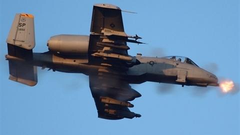 Cường kích A-10 lì lợm tấn công trong mưa đạn Raqqa