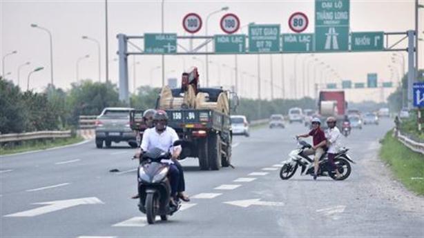 Đi ngược chiều chạy trốn CSGT: Dân lành hiến kế...
