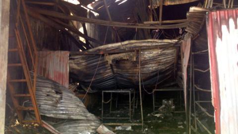 Cháy lớn ở xưởng: Cánh cửa duy nhất bị sập