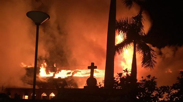 Nhà thờ cổ Nam Định bốc cháy: Thánh đường trong biển lửa