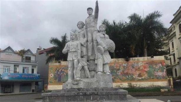 Trẻ đu đổ tượng đài, đường lún vì mưa gió