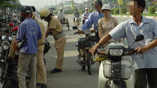 CSGT phạt người dắt xe máy qua chốt: Mách kinh nghiệm