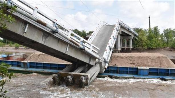 Cầu sập gần 7 tháng chưa sửa: Tại chủ sà lan