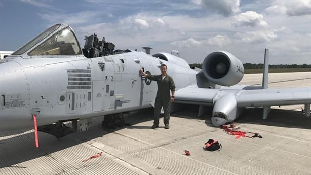 A-10 văng kính, kẹt càng đáp vẫn hạ cánh ngoạn mục