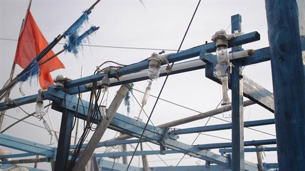Ngư dân bị tàu lạ phá lưới, đổ dầu ở Hoàng Sa