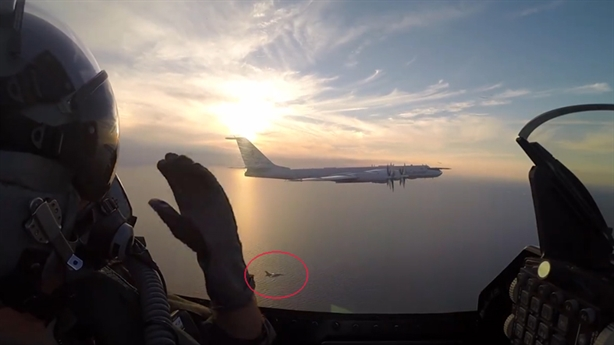 Hai chiếc F-16 kẹp chặt Tu-95 Nga trên Baltic