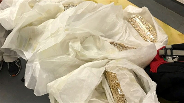 Quấn 20kg vàng khắp người mang về Việt Nam