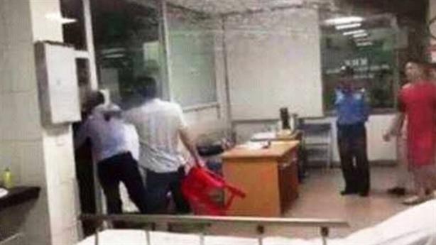 Chủ tịch phường cầm ghế vụ đánh bác sĩ: Do bức xúc