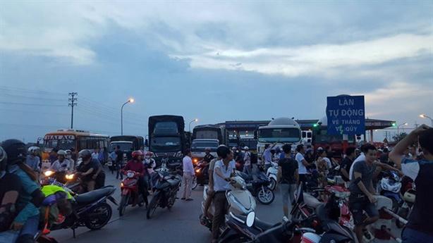 QL 5 tắc nghẽn nhiều giờ: Dân vây trạm, trả tiền lẻ
