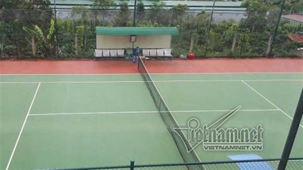 Xã xây sân tennis, công chức không được mặc quần bò