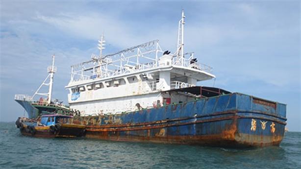 Tàu 'ma' nghi của Trung Quốc trôi dạt trên biển