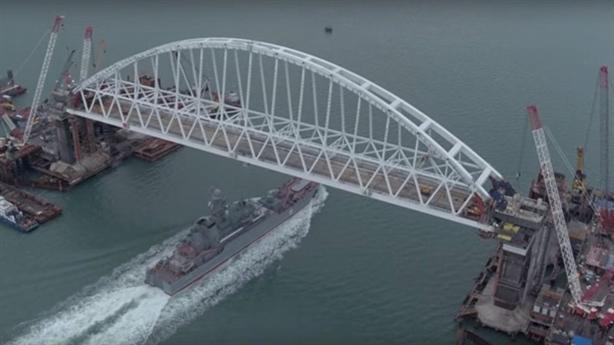 Tàu chiến đầu tiên đi qua cây cầu Crimea lịch sử