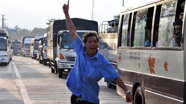 Dân chặn đường ôtô né BOT Biên Hòa: 2 nỗi khốn khổ...