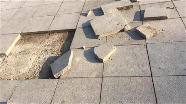 Vỉa hè Hà Nội lát đá vừa làm đã hỏng: Hỏi khó