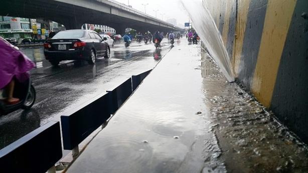 Chân cầu Cát Linh-Hà Đông phun nước lạ: Rất quan ngại
