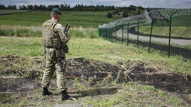 Kiev im lặng khi Nga dựng tường cắt đứt Crimea với Ukraine