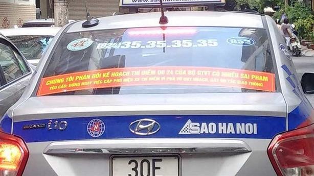 Taxi truyền thống dán khẩu hiệu phản đối Bộ GTVT