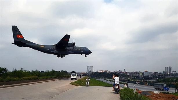 Gia Lâm: Cảm giác mạnh khi An-26, C-295M lướt qua đầu