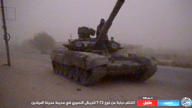 Binh sĩ Syria bỏ T-90A tháo chạy