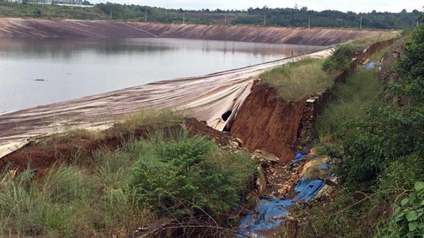 Sụt lún gần hồ bùn đỏ Alumin Nhân Cơ: Đừng chủ quan