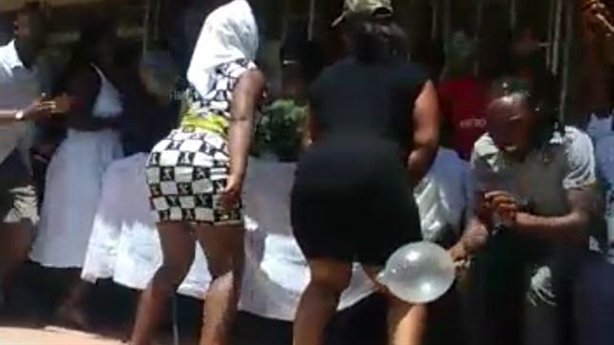 Gái mại dâm nhảy gợi cảm, cúng đồng nghiệp bao cao su