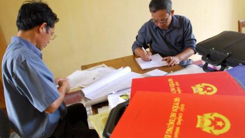 Ghi cả gia đình lên sổ đỏ: Bộ Tư pháp tuýt còi