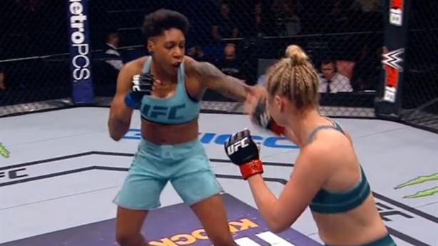 Nữ võ sĩ tung cú đấm