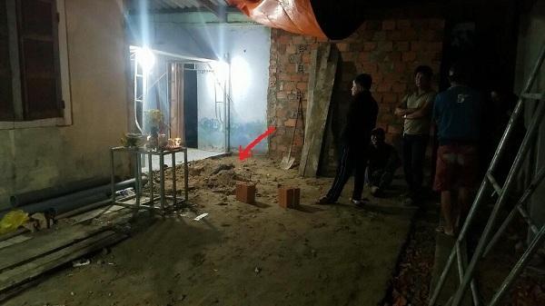 Vụ xương cẳng chân người dưới nền nhà: Áo sơ-mi đã rách