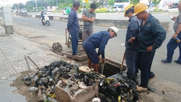 Thí điểm siêu máy bơm, TPHCM dọn sạch rác cống