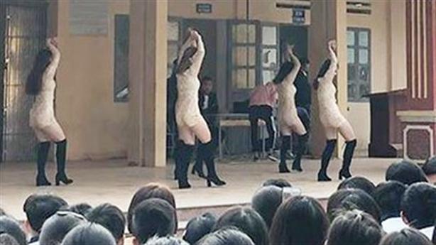 Nhảy sexy trước mặt học sinh: Không phản cảm lắm!