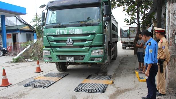 Xe quá tải Hà Nội dán logo bảo kê: Ai chống lưng?