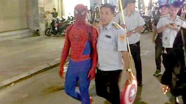 Người nhện bán hàng rong bị phạt 350.000 đồng: 'Cứng nhắc quá!'