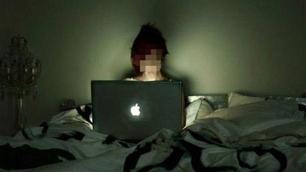 Nhập viện tâm thần vì nghiện facebook: Bố mẹ mải làm ăn?