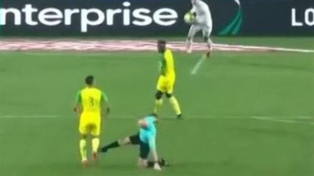 Đình chỉ trọng tài ngáng chân rồi đuổi cầu thủ ra sân
