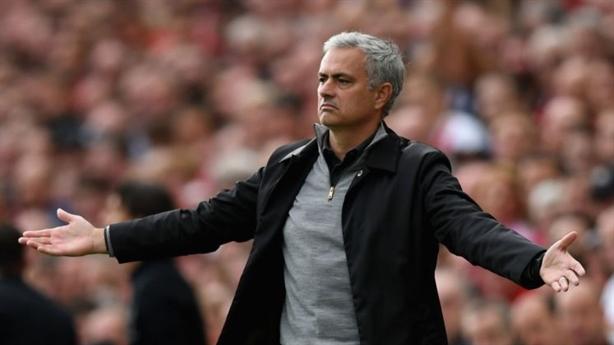 CĐV phản đối nhưng MU vẫn tặng quà to Mourinho