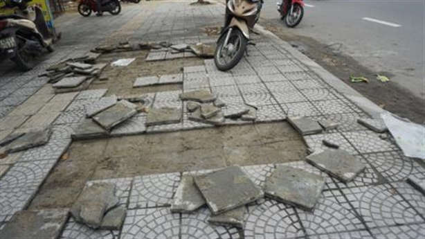 Vỉa hè Đà Nẵng bong tróc là do dân...bước lên?