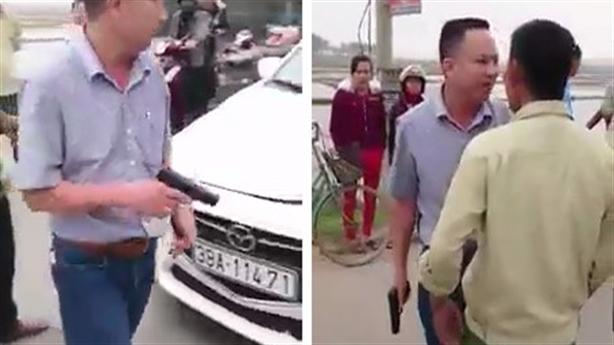 Tài xế rút súng dọa dân: 'Bắn 1 viên là mày chết'