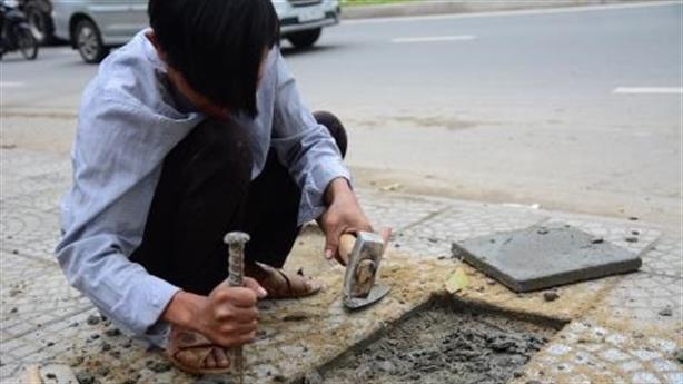 Dân dẫm hỏng vỉa hè phục vụ APEC: Ảnh vá vỉa hè