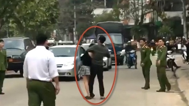 Nam thanh niên cầm dao kề cổ nữ sinh giữa đường