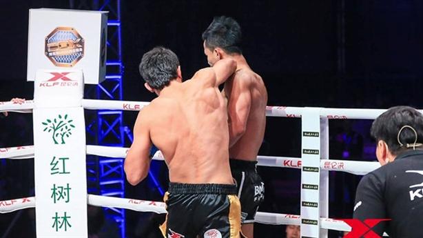 Kickboxer số 2 thế giới bị hạ knock-out trong chớp mắt