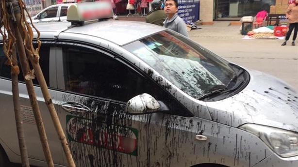 Sự thật đỗ xe chắn lối, taxi bị tắm dầu luyn