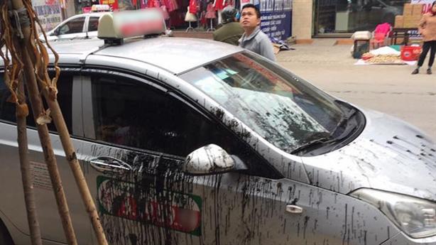 Đỗ xe chắn lối, taxi bị hắt dầu luyn: Lời người dân