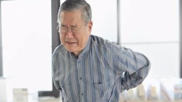 Lưng đau, cứng ở người trung niên, cao tuổi phải làm sao?