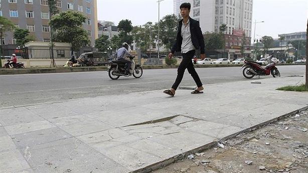 Lát đá vỉa hè Hà Nội: Lãnh đạo chối trách nhiệm