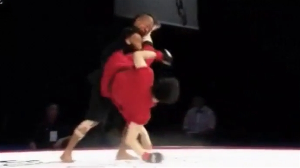Võ sĩ trẻ tuổi hạ knock-out đối thủ bằng đá lộn vòng