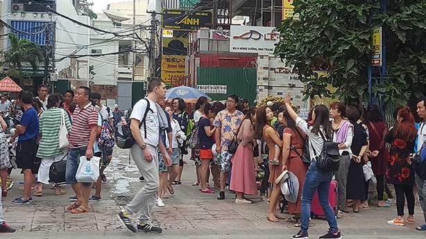 Hoảng vì khách du lịch đến đông: Chuyện lạ Việt Nam?