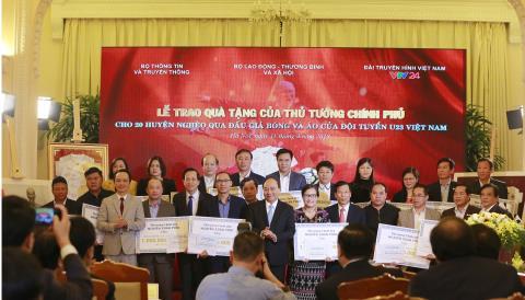 Thủ tướng trao 20 tỷ đấu giá bóng, áo của U23 VN